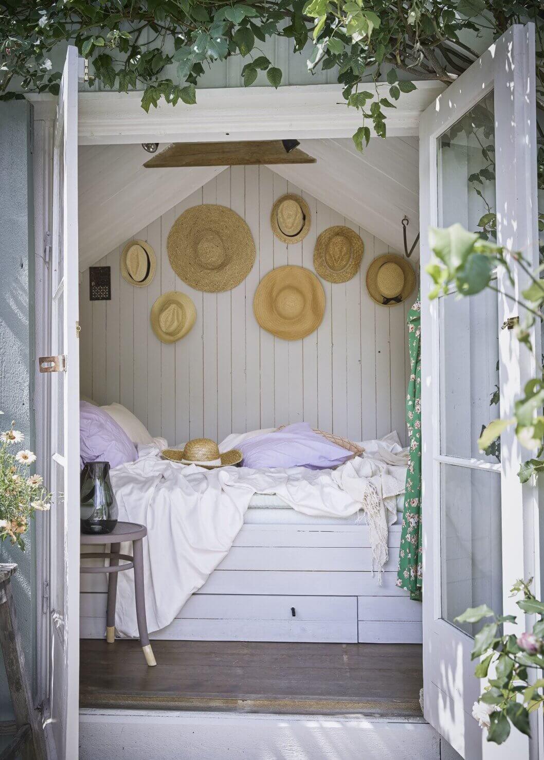 bedroom-cottage-farmhouse-sotrage-bed-hats-vintage-sweden-nordroom