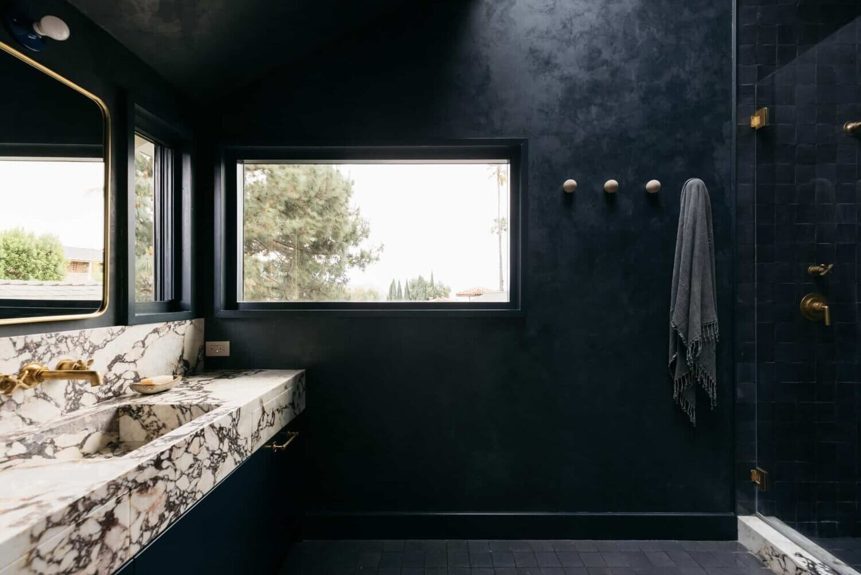 dark-bathroom-mid-century-home-los-angeles-nordroom