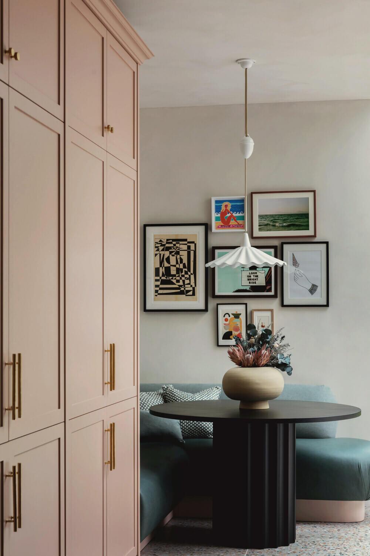 pink-kitchen-breakfast-nook-blue-velvet-bench-round-table-studio-duggan