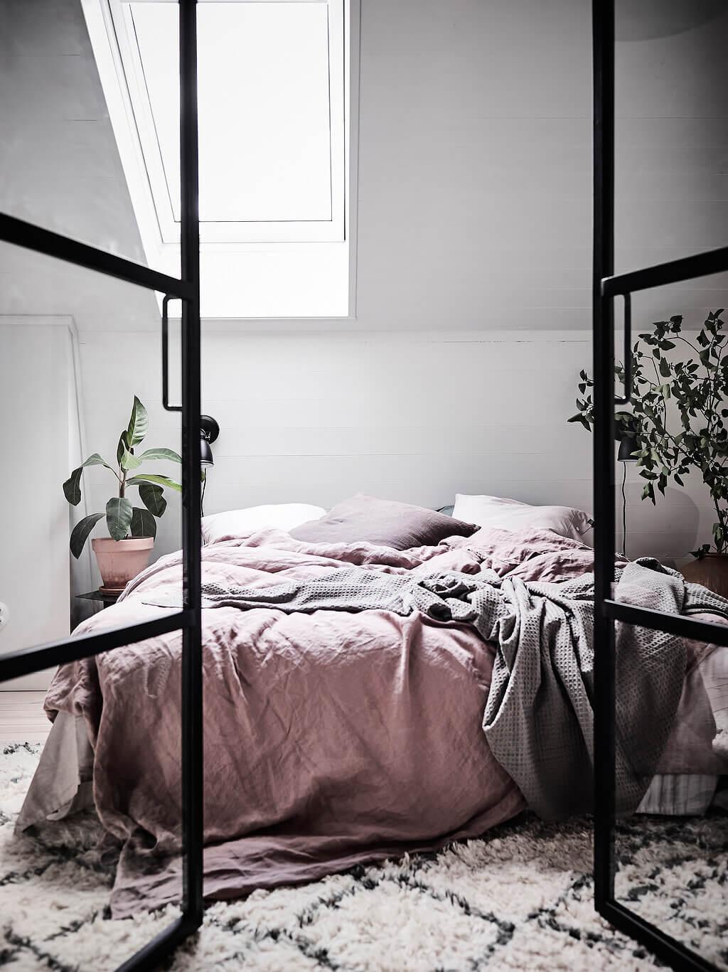 pink-scandinavian-bedroom-industrial-glass-doors
