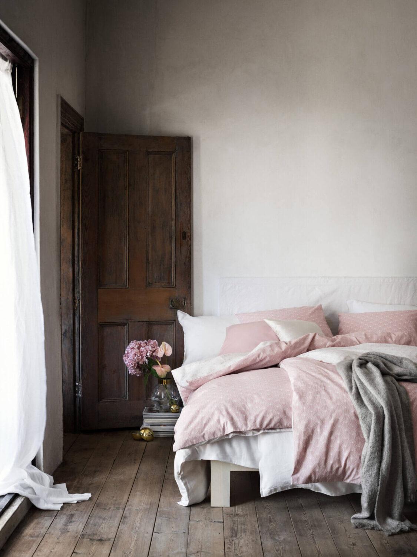 rustic-bedroom-pink-bedding