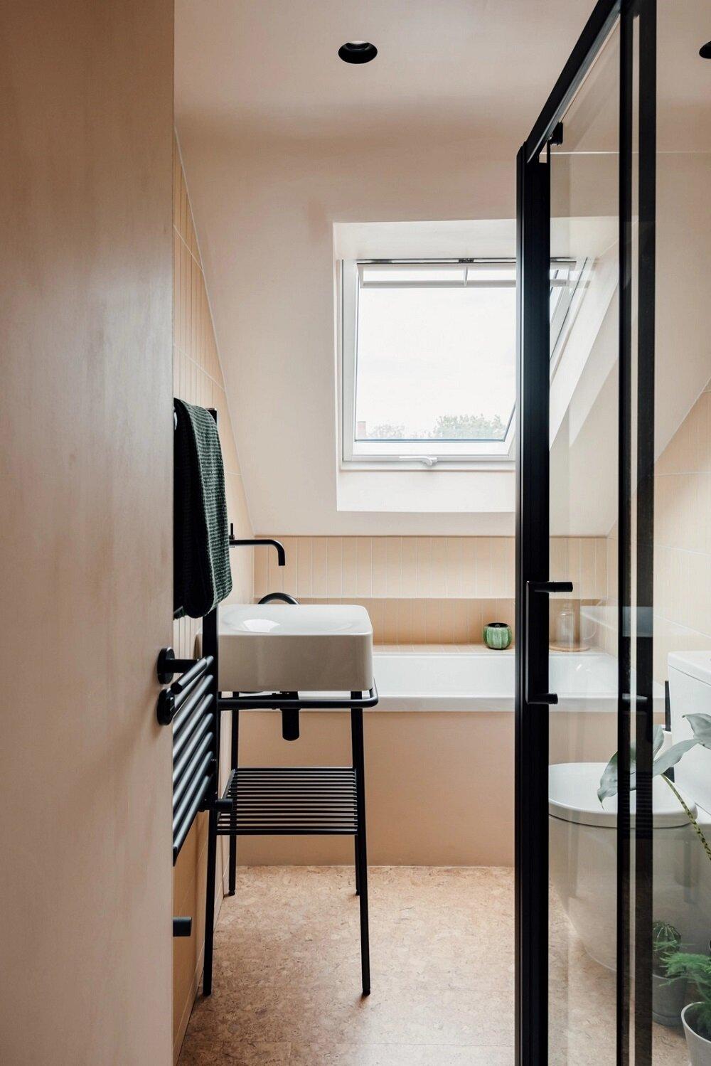small-bathroom-colorful-home-nordroom
