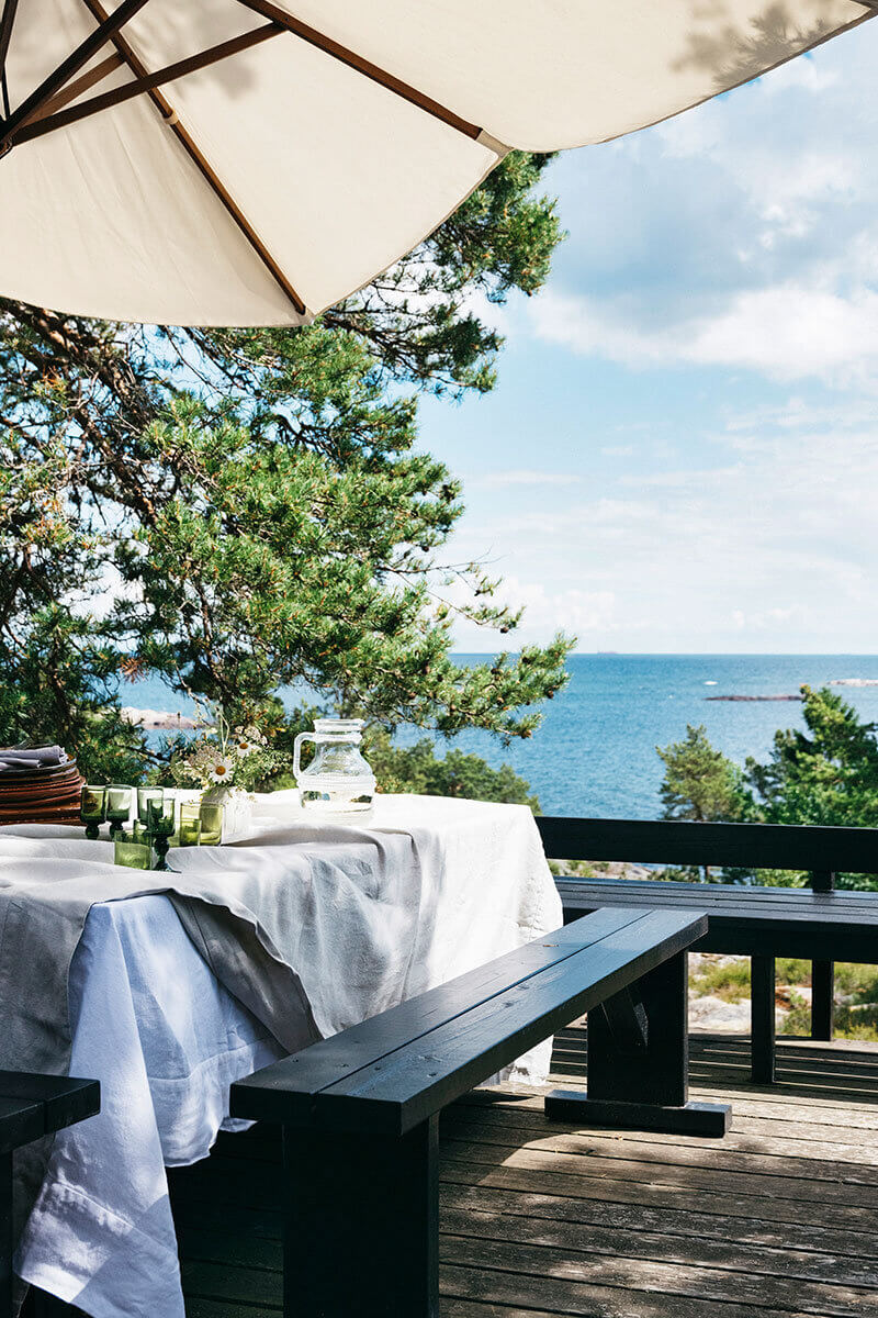 black-floor-vintage-furniture-swedish-summer-house-nordroom
