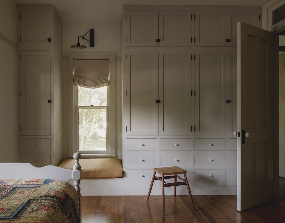 bedroom-window-seat-built-in-wardrobes-iowa-city-house-jessica-helgerson-nordroom