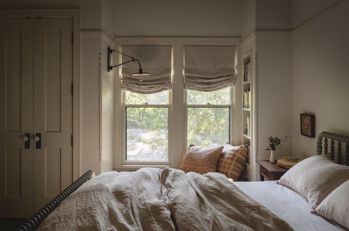 bedroom-window-seat-iowa-city-house-jessica-helgerson-nordroom