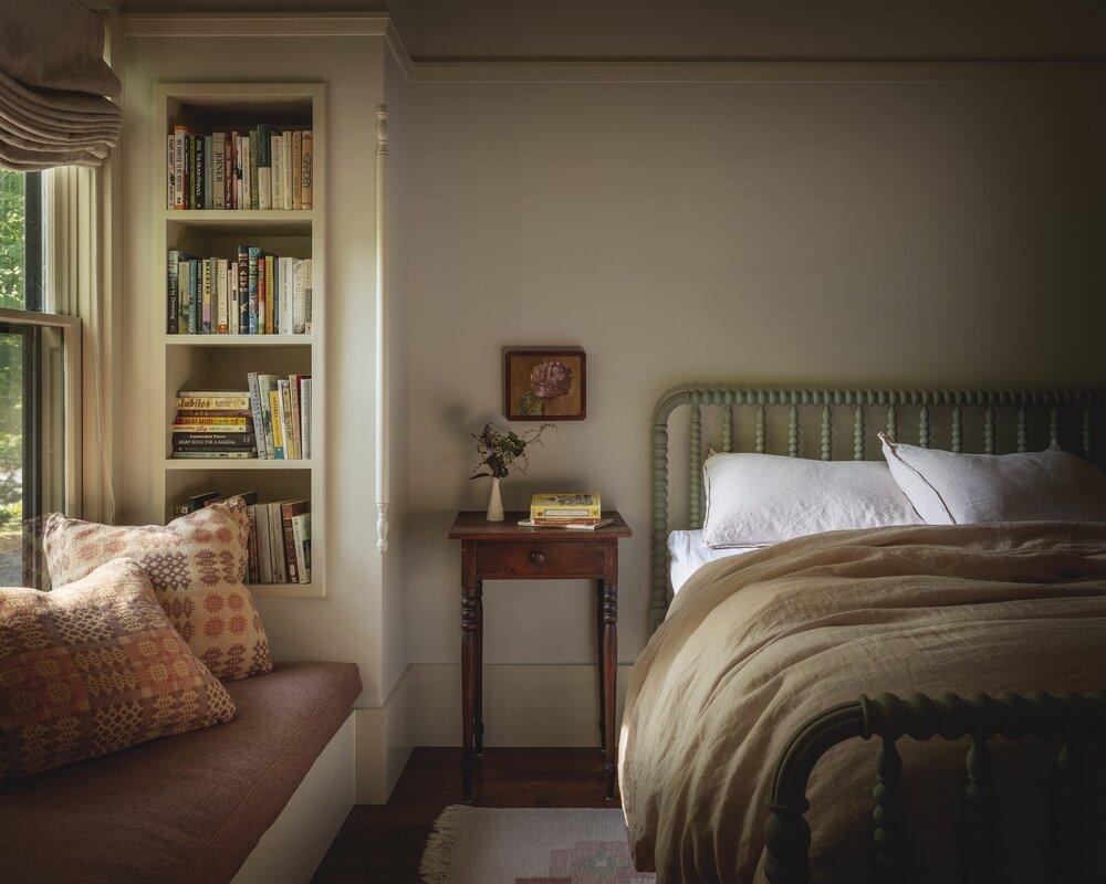 bedroom-window-seat-reading-nook-iowa-city-house-jessica-helgerson-nordroom