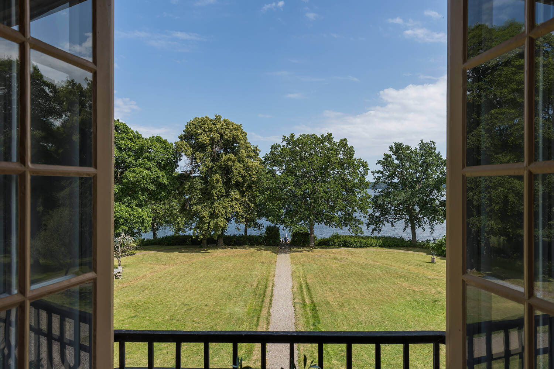 castle-garden-lake-views-sweden-nordroom