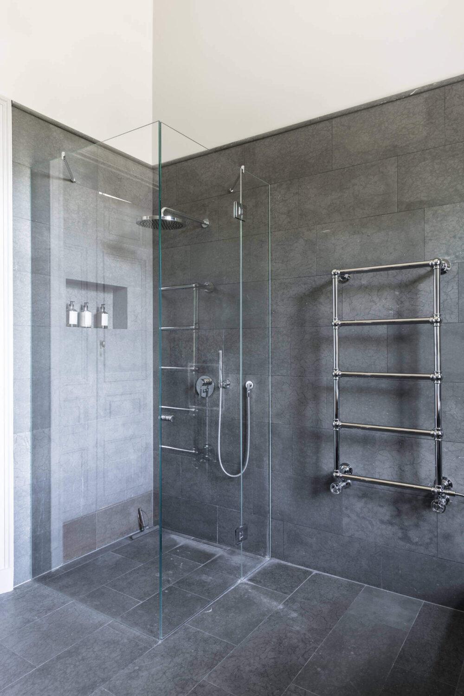 gray-bathroom-scandinavian-apartment-nordroom