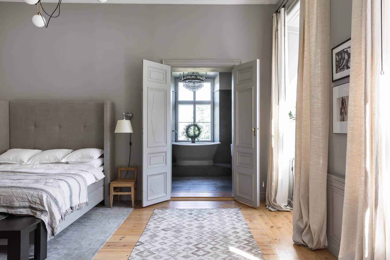 gray-bedroom-en-suite-bathroom-nordroom