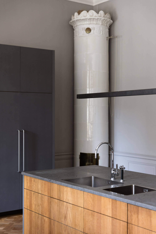 kitchen-island-kakelugn-gray-apartment-sweden-nordroom