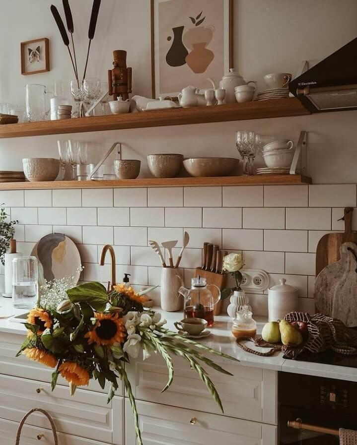 kitchen-open-shelves-flowers-nordroom