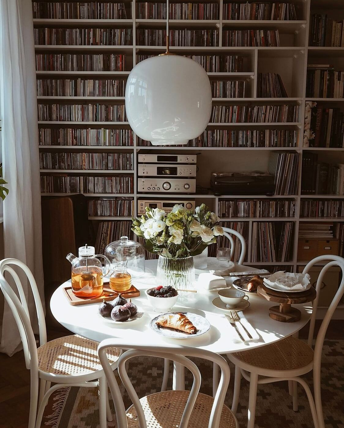 round-dining-table-music-corner-nordroom
