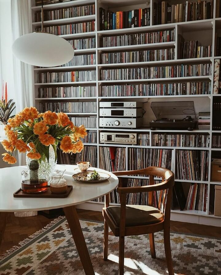 round-table-music-corner-warm-apartment-poland-nordroom